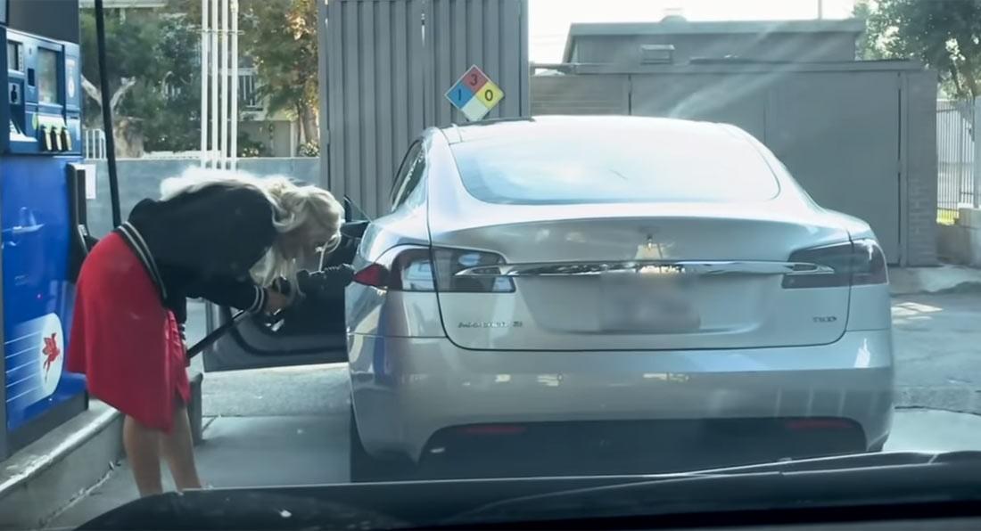 عکسی که بسیار خبرساز سد ؛ تلاش برای بنزین زدن به تسلا مدل S !