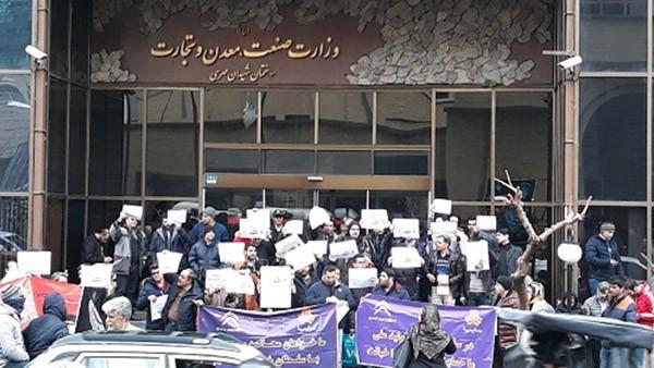 تجمع برخی مشتریان سایپا در مقابل ساختمان وزارت صنعت
