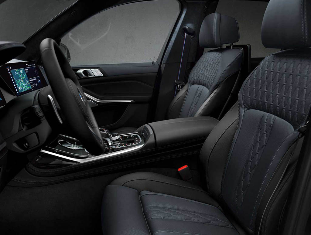 2021-bmw-x7-dark-shadow-edition-front-seats.jpg