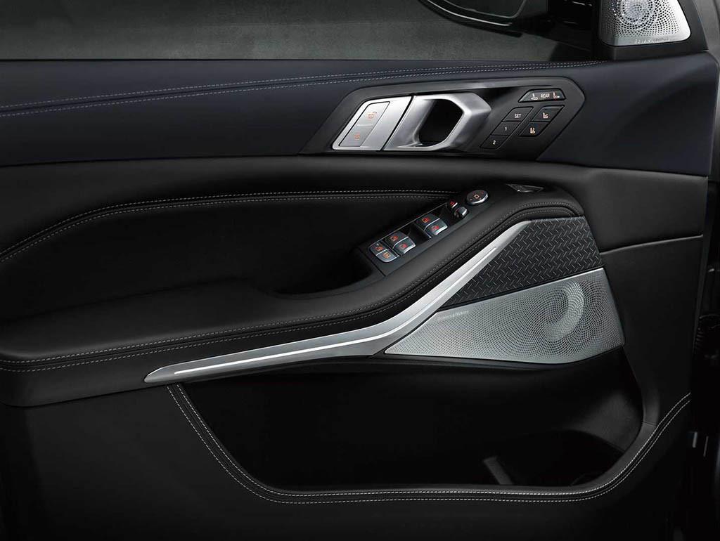 2021-bmw-x7-dark-shadow-edition-door-panel.jpg