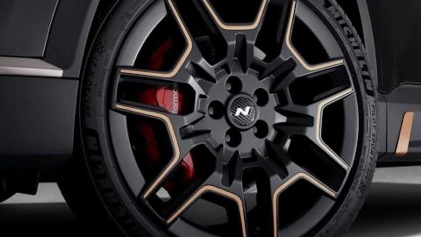 hyundai-santa-fe-with-n-performance-parts-21-inch-rims.jpg