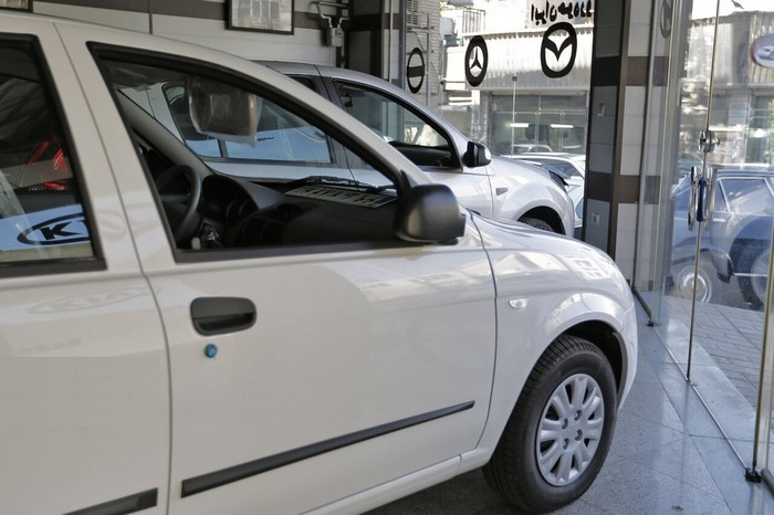 نماینده مجلس: جالب است که خودرو با کاهش نرخ ارز، باز هم گران میشود