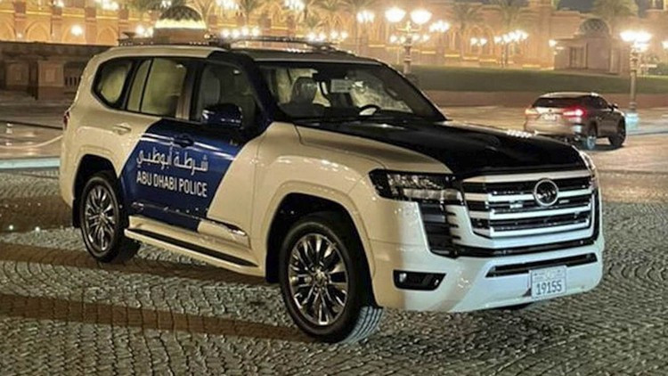 حضور تویوتا لندکروزر ۲۰۲۲ تازه وارد در لباس پلیس دوبی + عکس